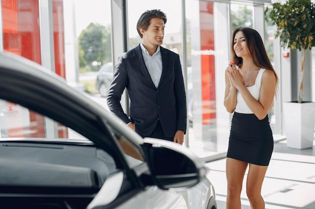 Elegante e elegante casal em um salão de beleza do carro