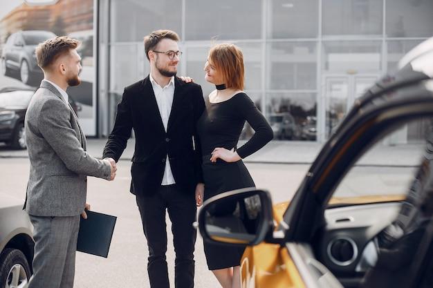 Elegante e elegante casal no salão do carro