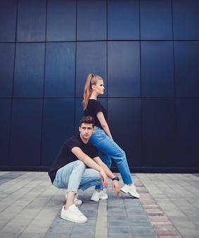 Elegante e moderno casal posando na cidade