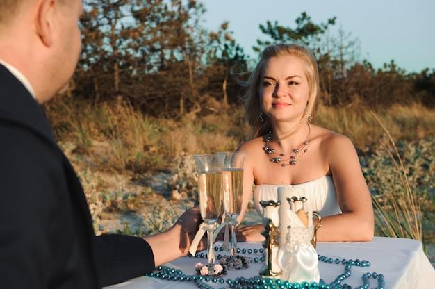 Elegante elegante jovem casal à beira-mar casamento d