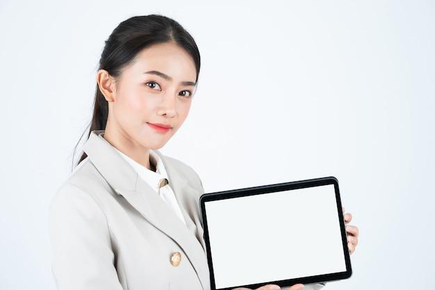 Elegante empresária asiática mostrar tablet digital com tela em branco branca