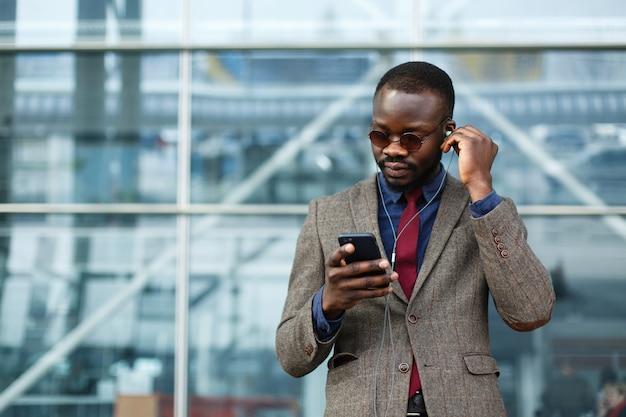 Elegante empresário americano africano negro ouve a música