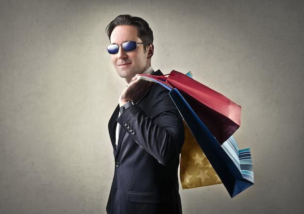 Elegante empresário com sacos de compras
