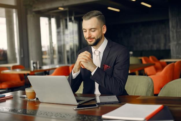 Elegante empresário trabalhando em um café