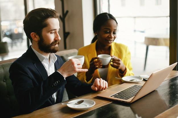 Elegante empresário trabalhando em um escritório com o parceiro