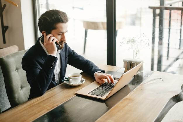 Elegante empresário trabalhando em um escritório