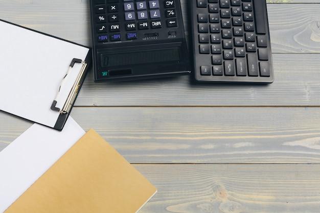 Elegante espaço de trabalho com computador desktop, material de escritório no escritório. conceito de mesa de trabalho