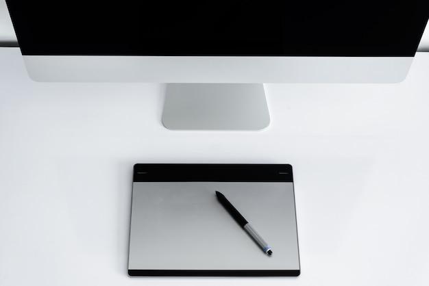 Elegante espaço de trabalho com computador em casa