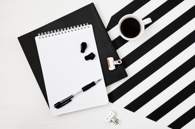Elegante espaço de trabalho minimalista com mock up notebook, lápis, xícara de café, earp sem fio