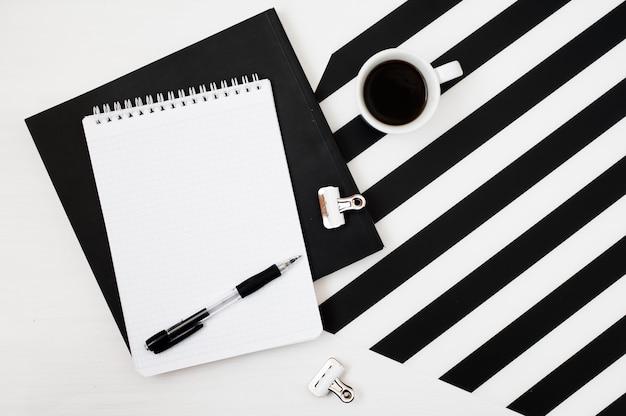 Elegante espaço de trabalho minimalista com notebook simulado, lápis e café