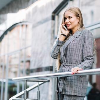 Elegante, executiva, fazendo telefonema
