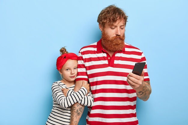 Elegante filha ruiva e pai posando juntos