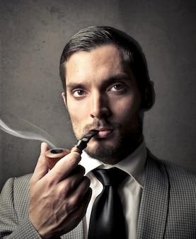 Elegante fumar um cachimbo