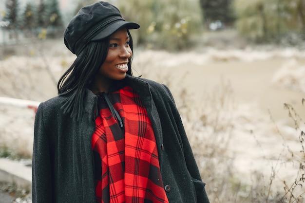 Elegante garota negra em um parque de inverno