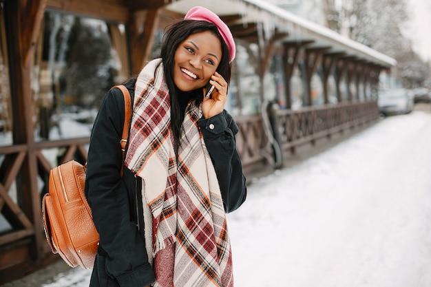 Elegante garota negra em uma cidade de inverno