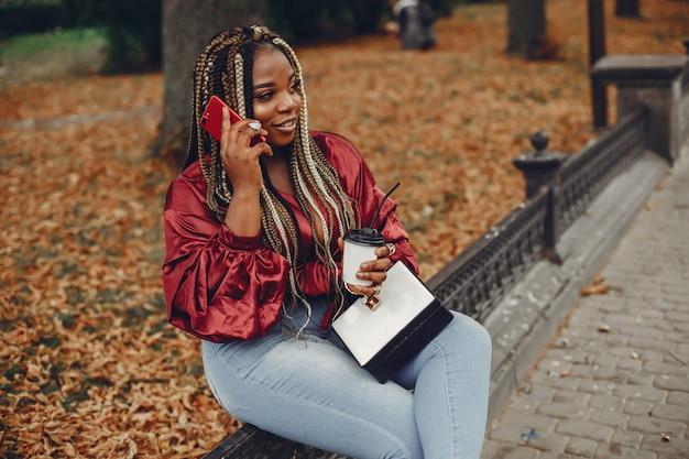 Elegante garota negra em uma cidade de verão