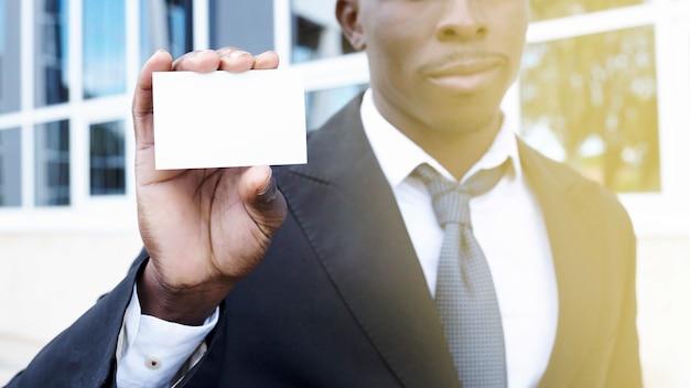 Elegante, homem negócios, apresentando, cartão negócio