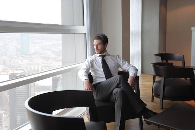 Elegante, homem negócios, em, um, elegante, escritório