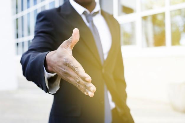 Elegante, homem negócios, estendendo mão