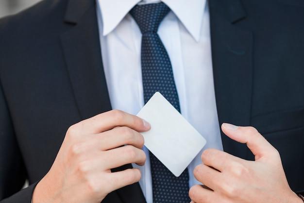 Elegante, homem negócios, mostrando, cartão negócio
