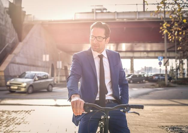 Elegante, homem negócios, uma bicicleta
