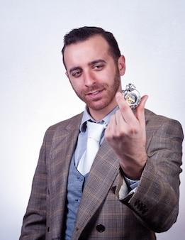 Elegante, homem, olhar, seu, antigas, relógio bolso