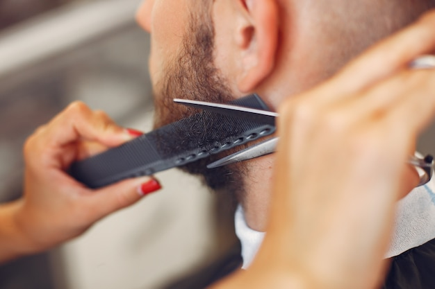 Elegante homem sentado em uma barbearia