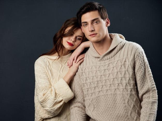 Elegante jovem casal homem e mulher, dois modelos posando