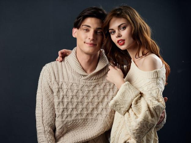 Elegante jovem casal homem e mulher posando