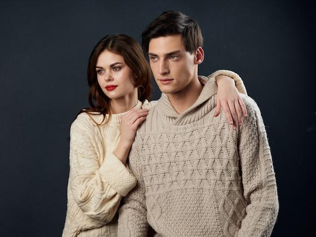 Elegante jovem casal homem e mulher, relações sexuais, dois modelos,