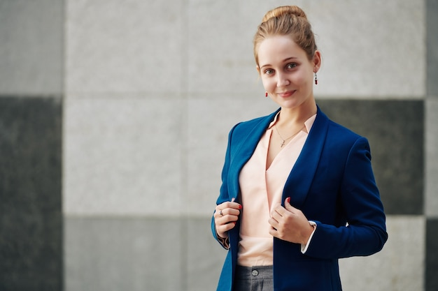 Elegante jovem empresária