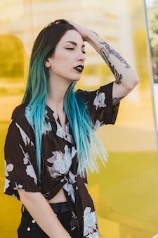 Elegante jovem mulher com tatuagem na mão dela