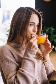 Elegante, jovem, pensativo, mulher, bebendo, de, copo, em, café