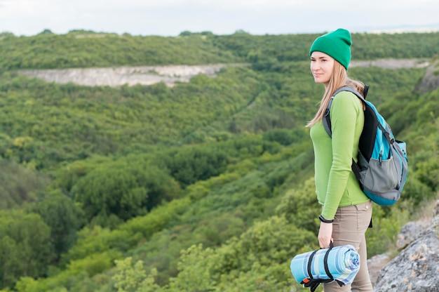 Elegante jovem viajante com gorro olhando para longe
