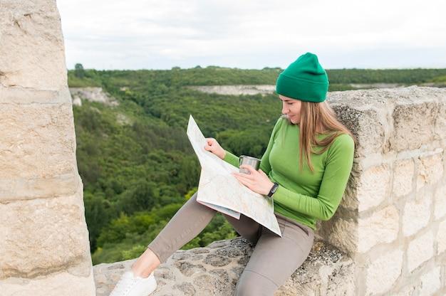 Elegante jovem viajante verificar mapa