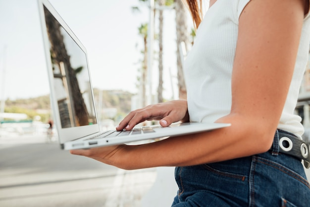 Elegante, menina jovem, segurando, um, laptop