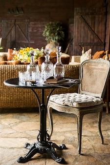 Elegante mesa com bebidas
