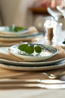 Elegante mesa de jantar servida para banquetes