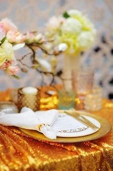 Elegante mesa de ouro com flores naturais