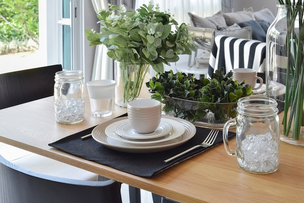 Elegante mesa posta no interior de sala de jantar estilo moderno