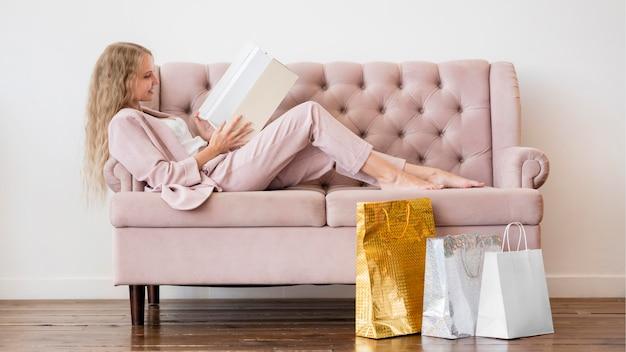 Elegante mulher adulta relaxando no sofá