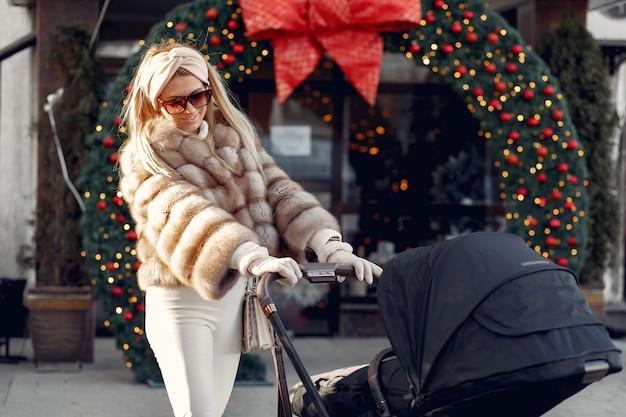 Elegante mulher andando em uma cidade com carruagem