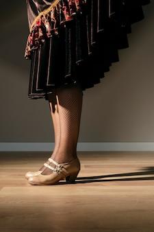 Elegante, mulher jovem, com, elegante, calcanhares