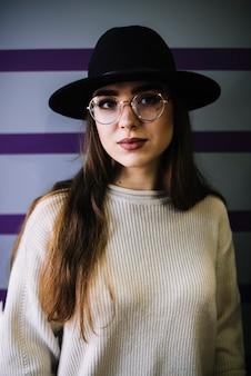 Elegante, mulher jovem, em, chapéu, e, óculos