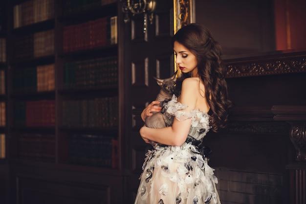 Elegante, mulher jovem, em, vestido, e, gato