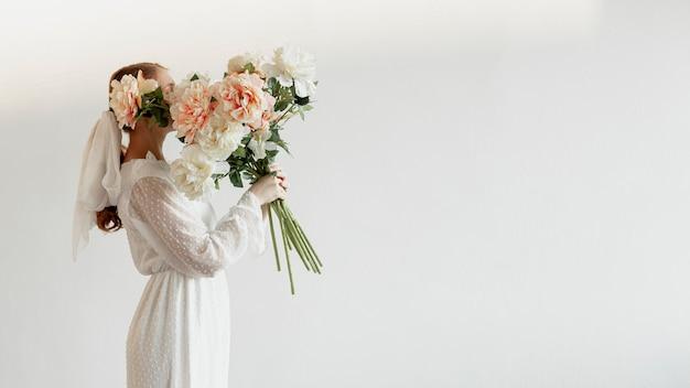 Elegante mulher segurando rosas
