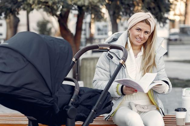 Elegante mulher sentada em uma cidade com carruagem
