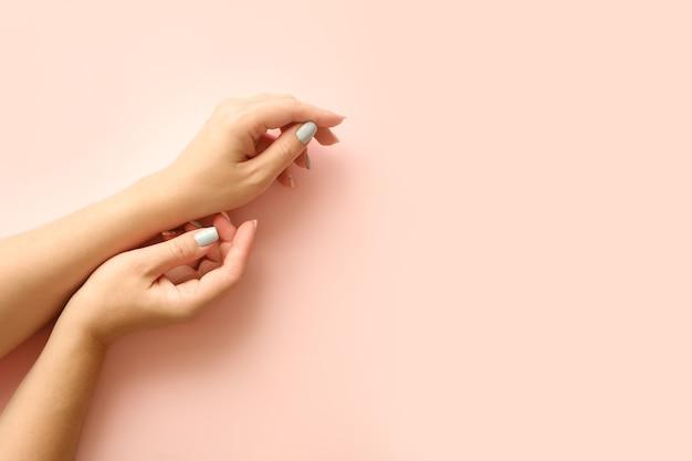 Elegante na moda geométrica com listras femininas manicure. mãos de mulher jovem e bonita tenra.