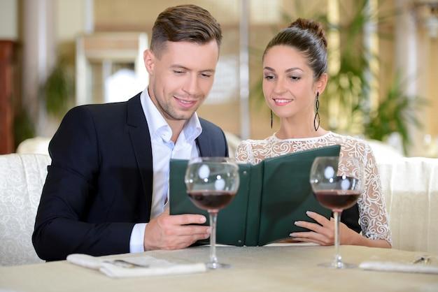Elegante, par, bebendo, vinho, sentando, em, bom, restaurante