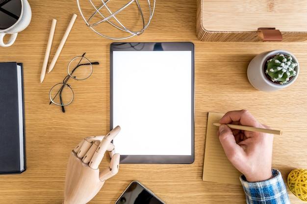 Elegante plana leigos composição de negócios na mesa de madeira no conceito moderno de escritório em casa